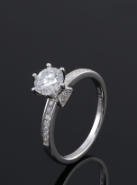 A simple and dainty round solitaire festuring six prongs (5)