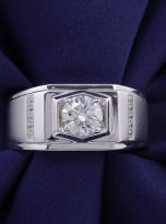 Moissanite men's ring in a brilliant 1.0ct 6.5mm round cut (5)